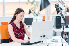 Mujer de negocios joven en la oficina de lanzamiento moderna fotografía de archivo libre de regalías