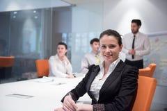 Mujer de negocios joven en la reunión usando el ordenador portátil Foto de archivo libre de regalías