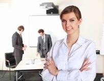 Mujer de negocios joven en oficina Fotos de archivo