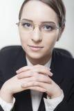 Mujer de negocios joven encantadora que sonríe con confianza Imagenes de archivo