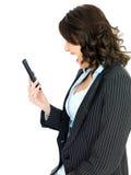Mujer de negocios joven enojada que grita abajo de un teléfono Imagenes de archivo