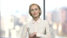Mujer de negocios joven escéptica que parece sospechosa metrajes