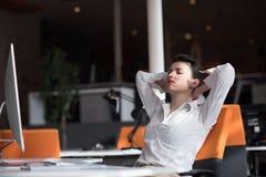 Mujer de negocios joven feliz que relaja y que consigue el insiration Fotografía de archivo libre de regalías