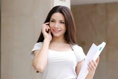 Mujer de negocios joven hermosa con el movil Imagen de archivo libre de regalías