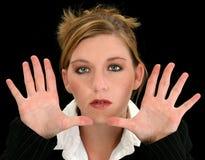 Mujer de negocios joven hermosa con las manos hacia cámara imágenes de archivo libres de regalías