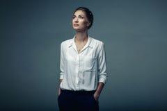 Mujer de negocios joven hermosa en estudio Foto de archivo libre de regalías