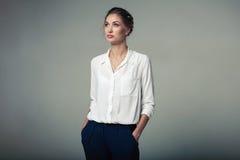 Mujer de negocios joven hermosa en estudio Fotos de archivo