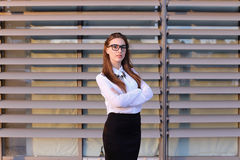 Mujer de negocios joven hermosa, estudiante que presenta para en la cámara, SM Imagenes de archivo