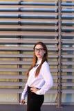 Mujer de negocios joven hermosa, estudiante que presenta para en la cámara, SM Imagen de archivo