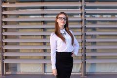 Mujer de negocios joven hermosa, estudiante que presenta para en la cámara, SM Fotografía de archivo libre de regalías