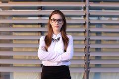 Mujer de negocios joven hermosa, estudiante que presenta para en la cámara, SM Foto de archivo