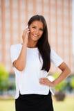 Mujer de negocios joven hermosa que camina en la calle y el talkin en s Fotos de archivo libres de regalías