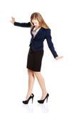 Mujer de negocios joven hermosa que intenta mantener el equilibrio. Foto de archivo