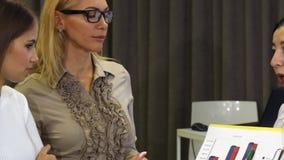 Mujer de negocios joven hermosa que tiene una reunión con sus colegas almacen de metraje de vídeo