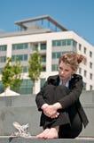 Mujer de negocios joven preocupada Fotos de archivo