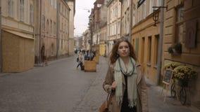 Mujer de negocios joven que camina abajo de la calle almacen de video