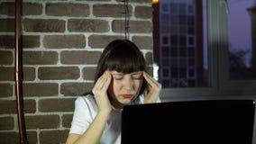 Mujer de negocios joven que consigue enferma en una oficina moderna metrajes