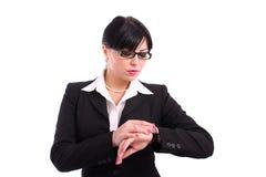 Mujer de negocios joven que controla su reloj fotos de archivo
