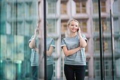 Mujer de negocios joven que habla en el teléfono Imagen de archivo libre de regalías