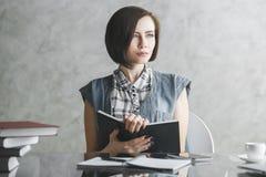 Mujer de negocios joven que hace papeleo fotografía de archivo libre de regalías