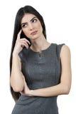 Mujer de negocios joven que intenta pensar imagenes de archivo