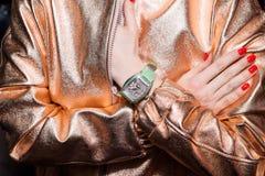 Mujer de negocios joven que lleva el reloj de lujo Accesorios elegantes de las señoras Foto de archivo