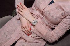 Mujer de negocios joven que lleva el reloj de lujo y la joyería preciosa Accesorios elegantes de las señoras Imagen de archivo libre de regalías
