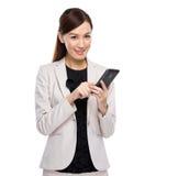 Mujer de negocios joven que manda un SMS con el teléfono móvil Fotografía de archivo
