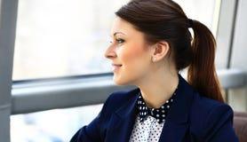 Mujer de negocios joven que mira lejos Imagen de archivo