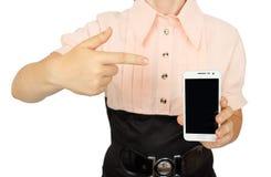 Mujer de negocios joven que muestra con la exhibición negra del teléfono móvil Imágenes de archivo libres de regalías