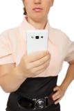 Mujer de negocios joven que muestra el teléfono móvil blanco Foto de archivo
