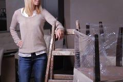 Mujer de negocios joven que se coloca en cafetería inacabada del restaurante Abriéndose pronto, comenzando posea el negocio, créd Fotos de archivo