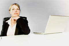 Mujer de negocios joven que se sienta solamente fotografía de archivo libre de regalías