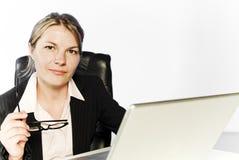 Mujer de negocios joven que se sienta sosteniendo los vidrios imágenes de archivo libres de regalías