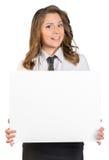 Mujer de negocios joven que sostiene el cartel en blanco Imágenes de archivo libres de regalías