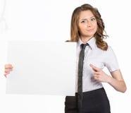 Mujer de negocios joven que sostiene el cartel en blanco blanco Foto de archivo