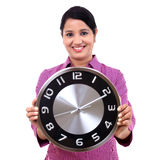Mujer de negocios joven que sostiene el reloj en manos Fotografía de archivo