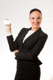 Mujer de negocios joven que sostiene la tarjeta blanca Fotografía de archivo