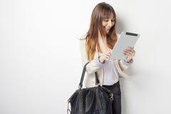 Mujer de negocios joven que toca un ordenador digital de la tablilla Imagenes de archivo