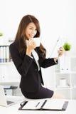 mujer de negocios joven que trabaja con la tableta en oficina Imagen de archivo
