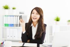 Mujer de negocios joven que trabaja en la oficina Imagenes de archivo