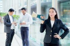 Mujer de negocios joven que trabaja en la oficina que sostiene el megáfono foto de archivo libre de regalías