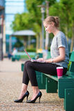 Mujer de negocios joven que trabaja en su computadora portátil Imagen de archivo libre de regalías