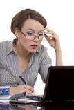 Mujer de negocios joven que trabaja en un cuaderno Imagen de archivo libre de regalías