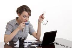 Mujer de negocios joven que trabaja en un cuaderno Fotos de archivo libres de regalías