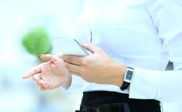Mujer de negocios joven que usa el teléfono móvil imagen de archivo