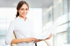 Mujer de negocios joven que usa la computadora portátil Imágenes de archivo libres de regalías