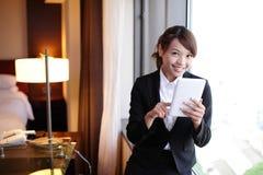 Mujer de negocios joven que usa la PC de la tableta Fotografía de archivo libre de regalías