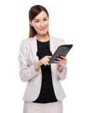 Mujer de negocios joven que usa la tableta Imagenes de archivo