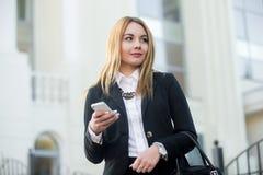 Mujer de negocios joven que usa smartphone Foto de archivo